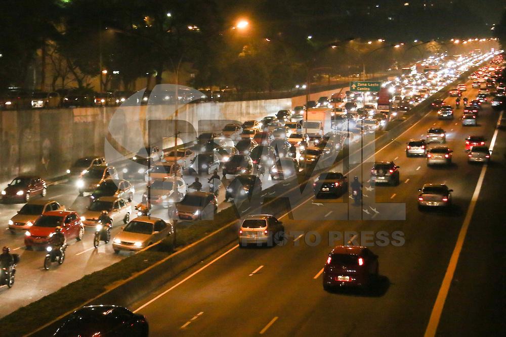 SAO PAULO, SP, 05.08.2013 - TRANSITO/SAO PAULO - Trânsito intenso nos dois sentidos da Avenida 23 de Maio, na altura do Viaduto Tutoia, região centro-sul de São Paulo, no inicio da noite desta segunda-feira. (Foto: Vanessa Carvalho/Brazil Photo Press).