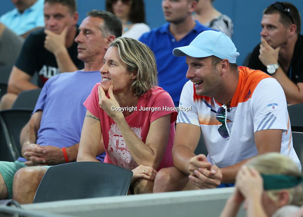 Brisbane International, ATP 250 World Tour WTA,Hardcourt Tennis Turnier in Brisbane,<br /> Australia, Vater Zoran,Physiotherapeutin <br /> Petra und Trainer Petar Popovic sitzen  in der Spielerloge,Halbkoerper,Querformat,<br /> Feature,
