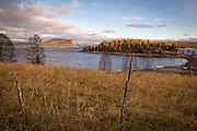 Gudfjelløya (sørsamisk: Tjåehkere) i Tunnsjøen i Nord-Trøndelag er Europas høyeste innlandsøy. Øya har vært et religiøst sett viktig sted for samene. Øststupet og en revne midt på fjelltoppen ble brukt ved årlig ofring til guden Jomola. Den såkalte «Tunnsjøguden» er en stor nær-kvadratisk steinblokk på platået. Guttorm Hansen har beskrevet historikken rundt dette i en bok om Tunsjø-guden. <br /> Østre Namdal reinbeitedistrikt skiftet i 2011 navn til Tjåehkere sijte, med henvisning til Tunnsjøguden. <br /> Gudfjelløya naturreservat ble etablert i 1981. Gudfjellet, som er det opprinnelige navnet på øya, er Europas høyeste innsjø-øy. Den hever seg mektig opp av Tunnsjøen, med høyeste punkt 812 m.o.h, 457 meter over vannspeilet. Tunnsjøen er ellers Norges sjuende største innsjø, både i kvadrat- og kubikkinnhold. På Gudfjelløya ligger et gårdsbruk som er drevet av Lundquist-familien siden 1884.
