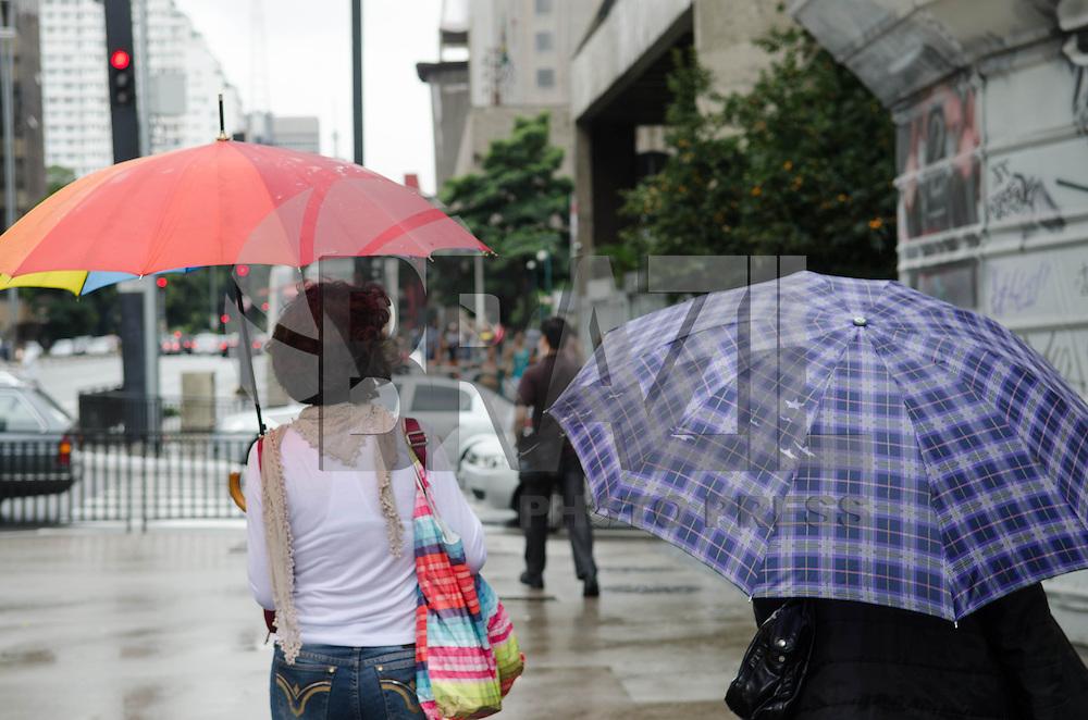SAO PAULO, 13 DE ABRIL DE 2013 - CLIMA TEMPO - SAO PAULO - Paulistano vive manhã chuvosa, na Avenida Paulista, região central  da capital, neste sábado, 13. A previsão é de chuva constante durante todo o dia.  (FOTO: ALEXANDRE MOREIRA / BRAZIL PHOTO PRESS)