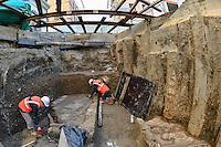 Des mosa&iuml;ques antiques ont &eacute;t&eacute; d&eacute;couvertes &agrave; la station Amp&egrave;re (Lyon 2e), &agrave; l'occasion du chantier de l'ascenseur. Elles &eacute;taient enfouies &agrave; 2,5 m&egrave;tres de profondeur. Il s'agit d'&eacute;l&eacute;ments d'une tr&egrave;s grande pi&egrave;ce de pavement antique, dont une partie a d&eacute;j&agrave; &eacute;t&eacute; mise &agrave; nu, en 1860 lors du creusement d'un &eacute;gout et en 1976 lors de la construction de la station de m&eacute;tro.<br /> Ces pi&egrave;ces gallo-romaines t&eacute;moignent de l'existence de demeures de prestige et d'installations commerciales appartenant &agrave; de riches commer&ccedil;ants. Elles remontent au 2e si&egrave;cle.