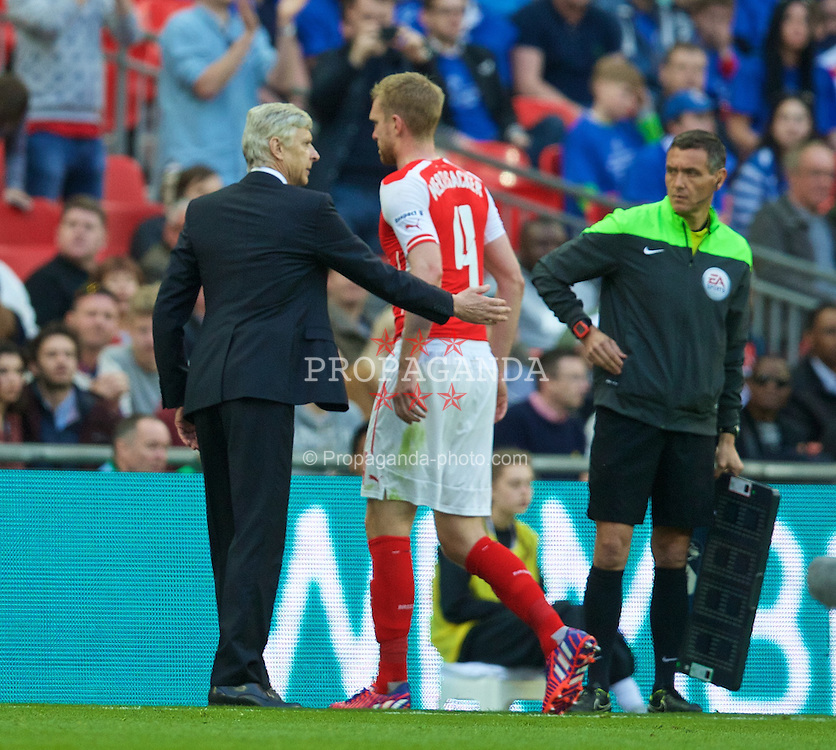 LONDON, ENGLAND - Saturday, April 18, 2015: Arsenal's captain Per Mertesacker is substituted by manager Arsene Wenger during the FA Cup Semi-Final match against Reading at Wembley Stadium. (Pic by David Rawcliffe/Propaganda)