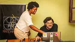 PORTO ALEGRE, RS, BRASIL, 21-01-2017, 12h21'31&quot;:  Desiree dos Santos, 32, discute um projeto com o f&iacute;sico e programador Vlademir PIana de Castro, 53, no espa&ccedil;o Matehackers Hackerspace, da Associa&ccedil;&atilde;o Cultural Vila Flores, no bairro Floresta da capital ga&uacute;cha. A  Consultora de Desenvolvimento de Software na empresa ThoughtWorks fala sobre as dificuldades enfrentadas por mulheres negras no mercado de trabalho.<br /> (Foto: Gustavo Roth / Ag&ecirc;ncia Preview) &copy; 21JAN17 Ag&ecirc;ncia Preview - Banco de Imagens