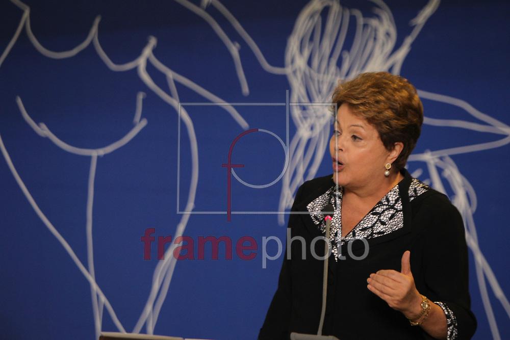 Brasilia, 08-10-2013. Presidenta Dilma Roussef, participa da abertura da exposicao mulheres do Brasil da artista Eliana Kertesz, no palacio do planalto. Foto: Joel Rodrigues/FRAME