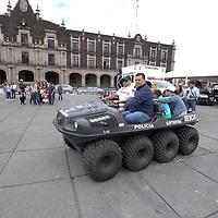 TOLUCA, México (Septiembre 10, 2017).- Visitantes a la ciudad de Toluca pudieron disfrutar de la Feria de Seguridad de la CESC instalada en la Plaza de los Mártires, conociendo de cerca las labores que realizan los policías que vigilan la seguridad del Estado de México. Agencia MVT / Crisanta Espinosa.