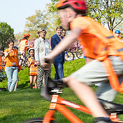 NLD/Twello/20180420 - Koning opent de koningsspelen 2018, Koning Willem Alexander kijkt naar het fietsen