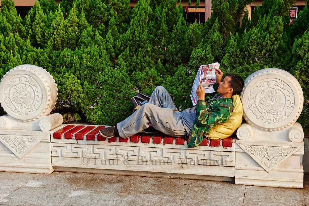 Chine, province du Shaanxi, ville de Xi'an, lecture du matin // China, Shaanxi province, Xian, reading time