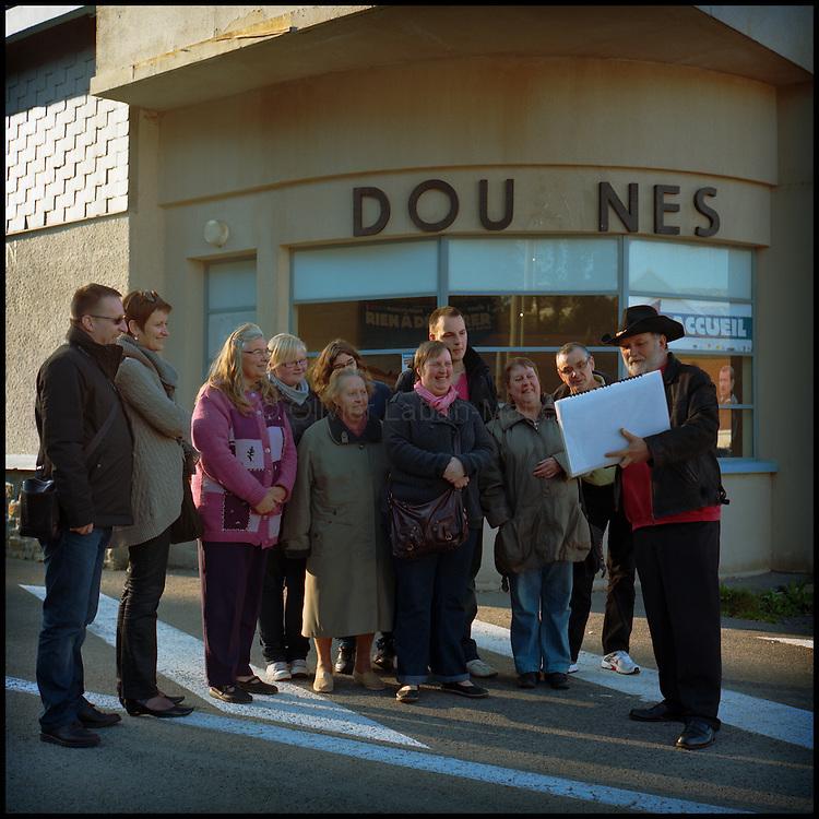 Le 23 octobre 2011, frontière Belgique / France, village de Macquenoise (B), RN 99. Devant l'ancien poste frontière belge, André Meunier, guide touristique, fait visiter les lieux du tournage du film «Rien à déclarer» tourné sur la frontière franco-belge de Macquenoise, à des touristes français venus pour l'occasion.