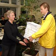 Aanbieden petitie referendum gokpaleis Huizen door Jaap Rutger Kos