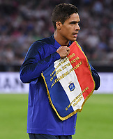 FUSSBALL UEFA Nations League in Muenchen Deutschland - Frankreich       06.09.2018 Raphael Varane (Frankreich) mit Spieltagswimpel --- DFB regulations prohibit any use of photographs as image sequences and/or quasi-video. ---