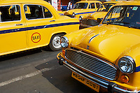 Inde, Bengale-Occidental, Kolkata, taxi jaune de la marque Ambassador // India, West Bengal, Kolkata, Calcutta, Yellow Ambassador taxis