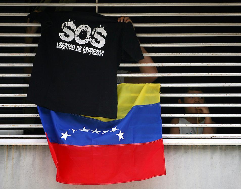 Una mujer junto a su hija participan hoy, 07 de noviembre de 2007, en Caracas, durante una marcha realizada por estudiantes universitarios en rechazo al proyecto de reforma constitucional impulsado por el presidente venezolano, Hugo Chavez, que sera sometido a referendo en diciembre proximo. (ivan gonzalez)