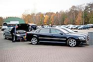 ENSCHEDE - De auto waarin Koningin Maxima wordt gereden heeft startproblemen tijdens De Digitale Werkplaats waar ondernemers worden gestimuleerd in digitale vaardigheden ,   startkabel , Chauffeur Arnold Korving 22-11-2016 ENSCHEDE - Queen Maxima visit Tuesday November 22 the &quot;Digital Workshop&quot; in Hangar 11 at Airport Twente. Digital Workshop is a two-day initiative from Google Netherlands, Netherlands Qredits Microfinance and municipalities to digital skills among entrepreneurs stimuleren.COPYRIGHT ROBIN UTRECHT <br /> <br /> 22-11-2016  ENSCHEDE - Koningin Maxima bezoekt dinsdagmiddag 22 november de 'Digitale Werkplaats' in Hangar 11 op Vliegveld Twente. De Digitale Werkplaats is een tweedaags initiatief van Google Nederland, Qredits Microfinanciering Nederland en gemeenten om digitale vaardigheden bij ondernemers te stimuleren.COPYRIGHT ROBIN UTRECHT