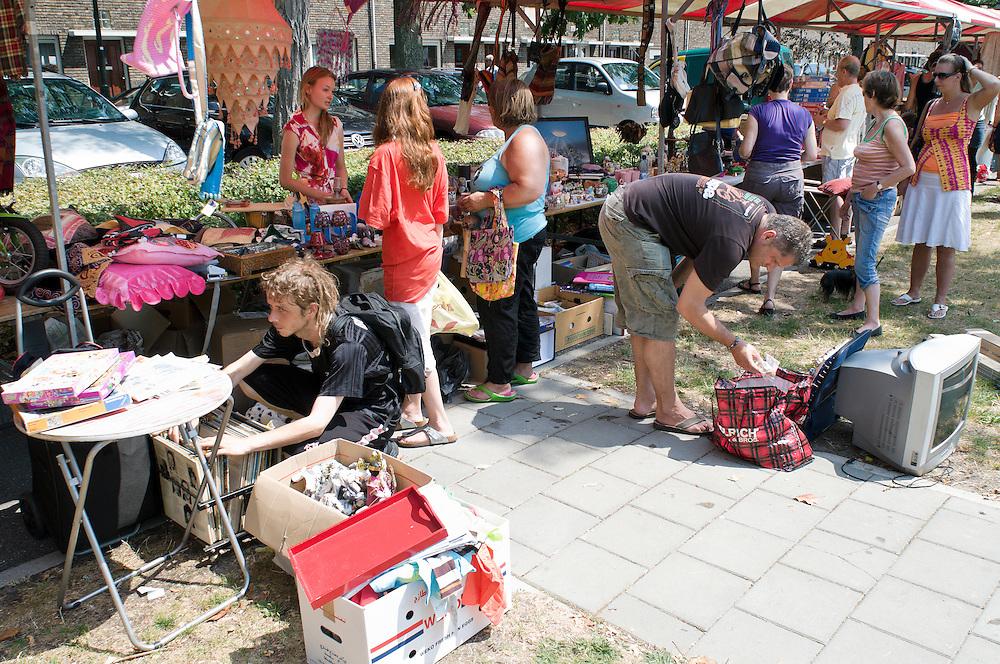 Nederland, Den Bosch, 20100711..Buurtfeest op het Taxandriaplein in Den Bosch..Spelletjes en tweedehands kraampjes. Een wijkgericht feest    .Gerlo Beernink/Hollandse Hoogte