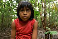 Jorge Barqueño, joven Embera . Comunidad indígena La Chunga, Comarca Embera – Wounaan en la Provincia de Darién, Panamá.  La Chuga, ubicada en el  Rio Sambu, forma parte del corredor biológico de Bagres con sus inmensos bosques tropicales.