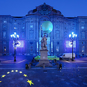 Piazza Carignano<br /> Torino in blu per la Settimana Europea della Cultura<br /> a Torino(dal 23 al 28 settembre 2014)<br /> i principali monumenti e musei della città illuminati di blu<br /> da Iren Servizi e Innovazione, la Società <br /> del Gruppo Iren che in città gestisce 99.000 punti luce, <br /> alimentati da una rete elettrica di 2.900 chilometri.
