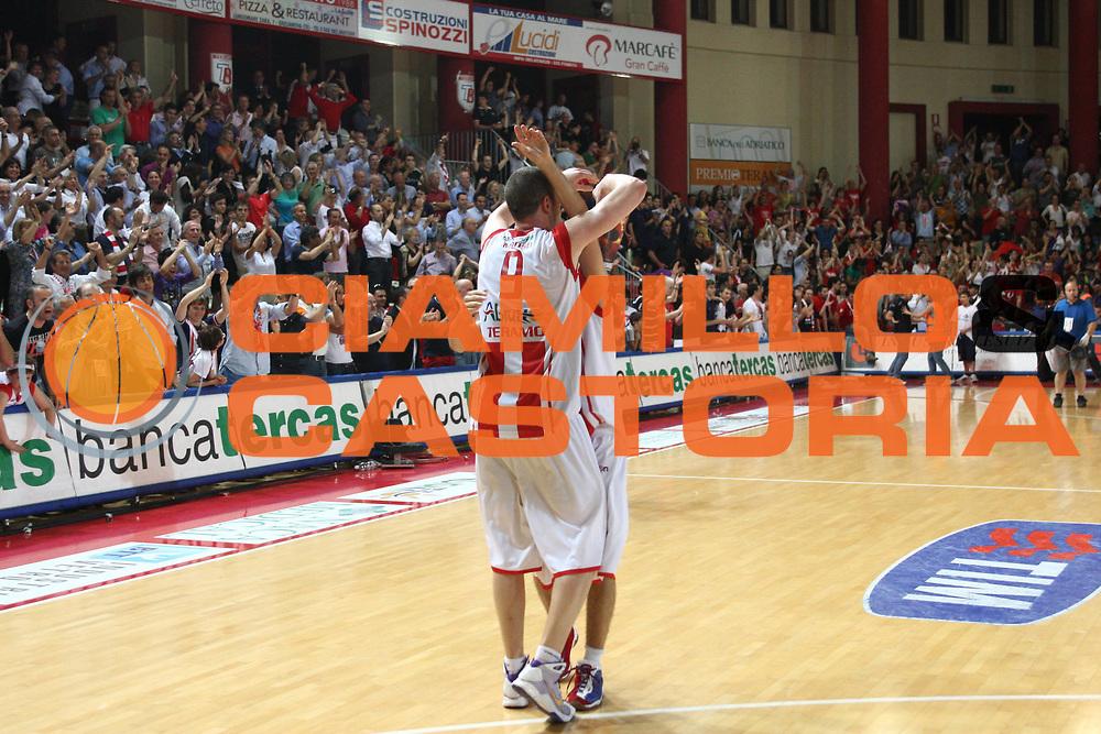 DESCRIZIONE : Teramo Lega A 2008-09 Playoff Quarti di finale Gara 3 Bancatercas Teramo Armani Jeans Milano<br /> GIOCATORE : Valerio Amoroso Giuseppe Poeta<br /> SQUADRA : Bancatercas Teramo<br /> EVENTO : Campionato Lega A 2008-2009 <br /> GARA : Bancatercas Teramo Armani Jeans Milano<br /> DATA : 22/05/2009<br /> CATEGORIA : Esultanza<br /> SPORT : Pallacanestro <br /> AUTORE : Agenzia Ciamillo-Castoria/C.De Massis