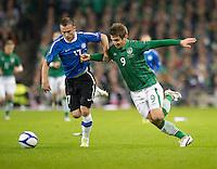 Fussball International, Nationalmannschaft   EURO 2012 Play Off, Qualifikation, Irland - Estland 15.11.2011 Enar JAAGER  (EST links) gegen Kevin DOYLE (iRL)