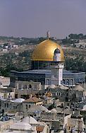 Omar Mosque (on mount of the rock) and the Muslim quarter in the old city    Israel     ///  la mosquee de omar et le quartier musulman de la vielle ville  Jerusalem  Israel   ///     L4148  /  R00290  /  P116303 /// GENERAL VIEW /// VUE GENERALE
