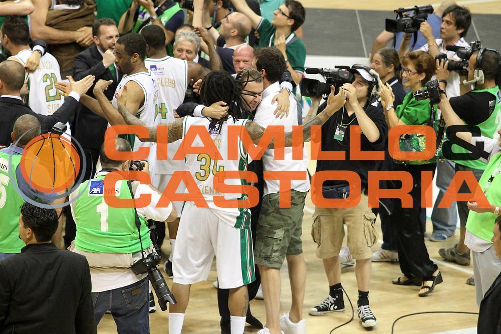 DESCRIZIONE : Siena Lega A 2010-11 Finale Play off Gara 5 Montepaschi Siena Bennet Cantu<br /> GIOCATORE : Simone Pianigiani David Moss <br /> CATEGORIA : Esultanza<br /> SQUADRA : Montepaschi Siena Bennet Cantu<br /> EVENTO : Campionato Lega A 2010-2011<br /> GARA : Montepaschi Siena Bennet Cantu<br /> DATA : 19/06/2011<br /> SPORT : Pallacanestro<br /> AUTORE : Agenzia Ciamillo-Castoria/A.Ciucci<br /> Galleria : Lega Basket A 2010-2011<br /> Fotonotizia : Siena Lega A 2010-11 Finale Play off Gara 5 Montepaschi Siena Bennet Cantu<br /> Predefinita :