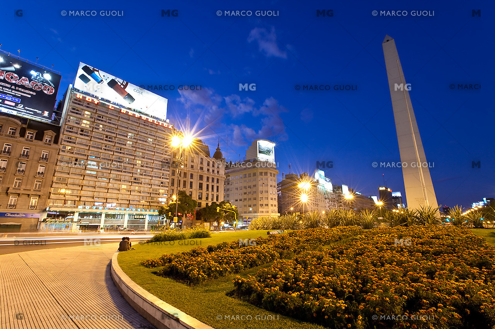 OBELISCO, PLAZA DE LA REPUBLICA Y HOTEL REPUBLICA AL ANOCHECER, CIUDAD AUTONOMA DE BUENOS AIRES, ARGENTINA