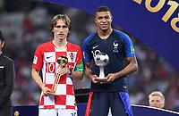 FUSSBALL  WM 2018  FINALE  ------- Frankreich - Kroatien    15.07.2018 Luka Modric (li, Kroatien) und Kylian Mbappe (re, Frankreich) mit der  Auszeichung bester Spieler bzw. bester Jungspieler des Turniers.