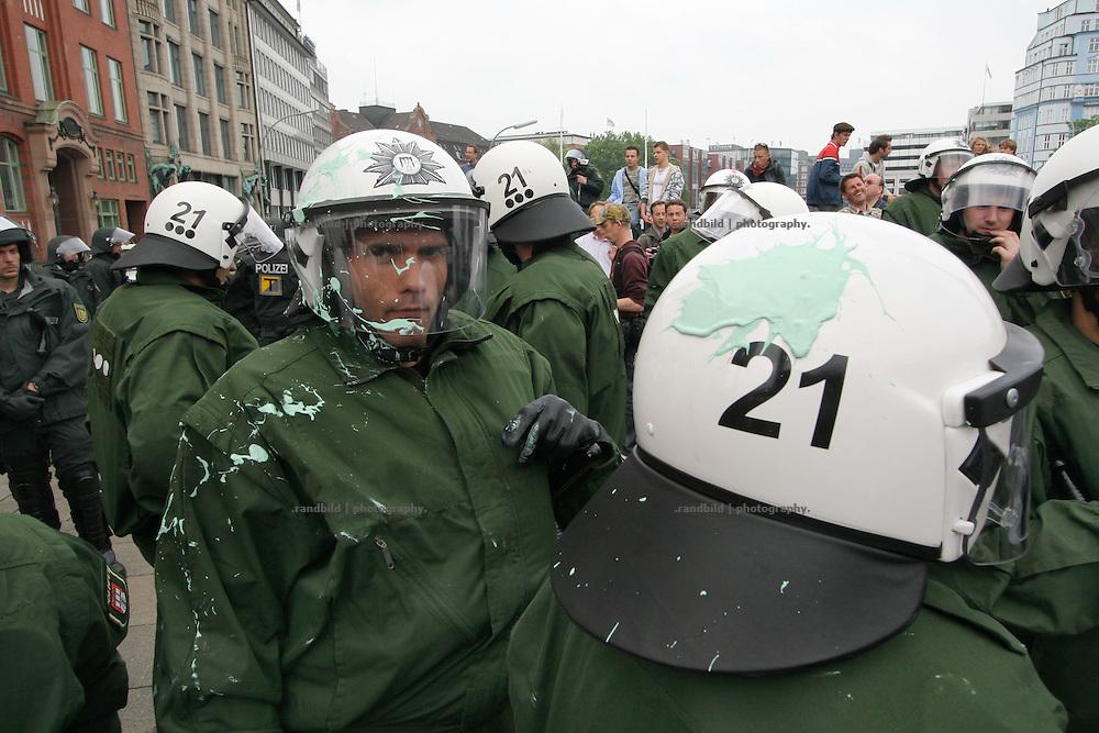 Polizeibeamte wurden von Farbbeutel getroffen. Mehrere tausend Globalisierungsgegner demonstrierten in Hamburg gegen das EU-Asien-Außenministertreffen (ASEM). Beim ASEM-Treffen kamen die Minister aus 43 europäischen und asiatischen Ländern in der Hansestadt zusammen. Mehrere tausend Polizeibeamte riegelten die Hamburger Innenstadt rund um den Veranstaltungort ab.Nach dem Demonstration gegen das ASEM-Treffen kam es im Schanzenviertel zu Ausschreitungen mit der Polizei. Barrikaden wurden errichtet und Wasserwerfer gegen Demonstraten eingesetzt.. Policemen were hit by colour filled eggs. Serveral thousand globalisation opponents demonstrated against the Asia-Europe-Meeting (ASEM) in Hamburg, where 43 minister hold the conference. The police bolt the conference centre in the city of Hamburg in a wide corridor. After the Demonstration serveral hundret People built barricades on the streets. The police used water cannons to strike down the riots.