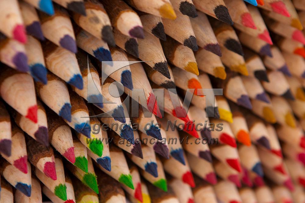 TOLUCA, Mexico.- Piezas son mostradas en la VI cumbre artesanal bicentenario en la plaza Jose Maria Gonzalez Arratia de esta ciudad. Agencia MVT / Mario Vazquez de la Torre. (DIGITAL)