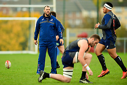 Michael Cheika during training - Ryan Hiscott/JMP - 08/11/2018 - RUGBY - Llanwern High School - Newport, Wales - Australia Rugby Training Session