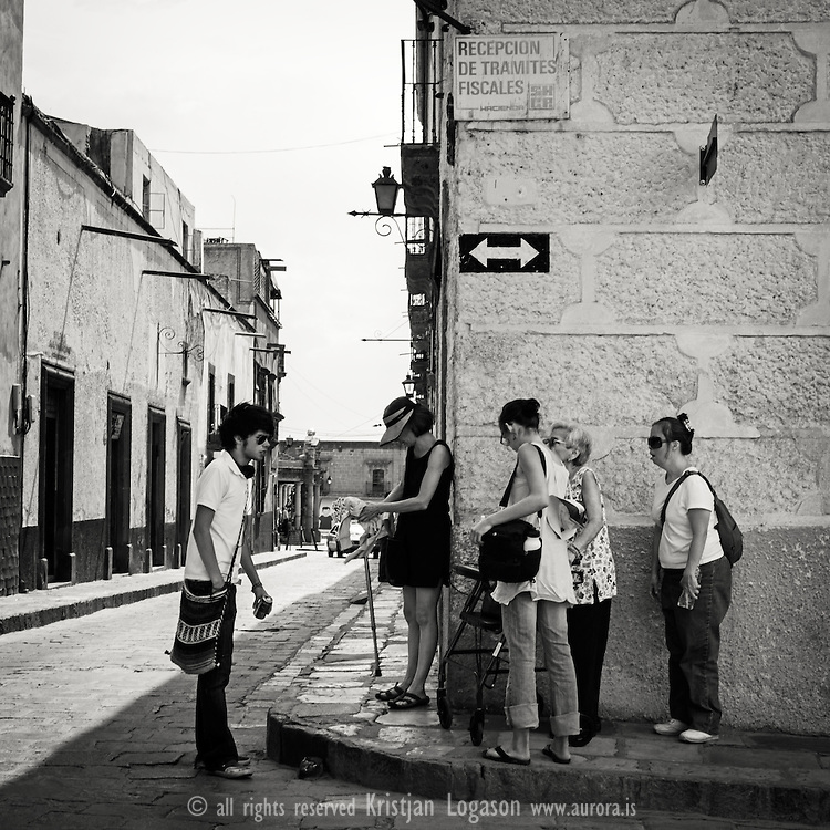 Tourists and their guide try to find their way around San Miguel de Allende