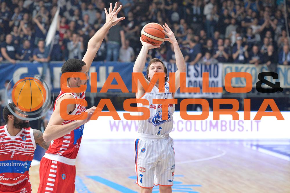 DESCRIZIONE : Cant&ugrave; Lega A 2015-16 Acqua Vitasnella Cantu' vs Grissin Consultinvest Pesaro<br /> GIOCATORE : Brad Heslip<br /> CATEGORIA : Tiro Ritardo<br /> SQUADRA : Acqua Vitasnella Cantu'<br /> EVENTO : Campionato Lega A 2015-2016<br /> GARA : Acqua Vitasnella Cantu' Consultinvest Pesaro<br /> DATA : 27/12/2015<br /> SPORT : Pallacanestro <br /> AUTORE : Agenzia Ciamillo-Castoria/I.Mancini<br /> Galleria : Lega Basket A 2015-2016  <br /> Fotonotizia : Cantu'  Lega A 2015-16 Acqua Vitasnella Cantu' vs Consultinvest Pesaro<br /> Predefinita :