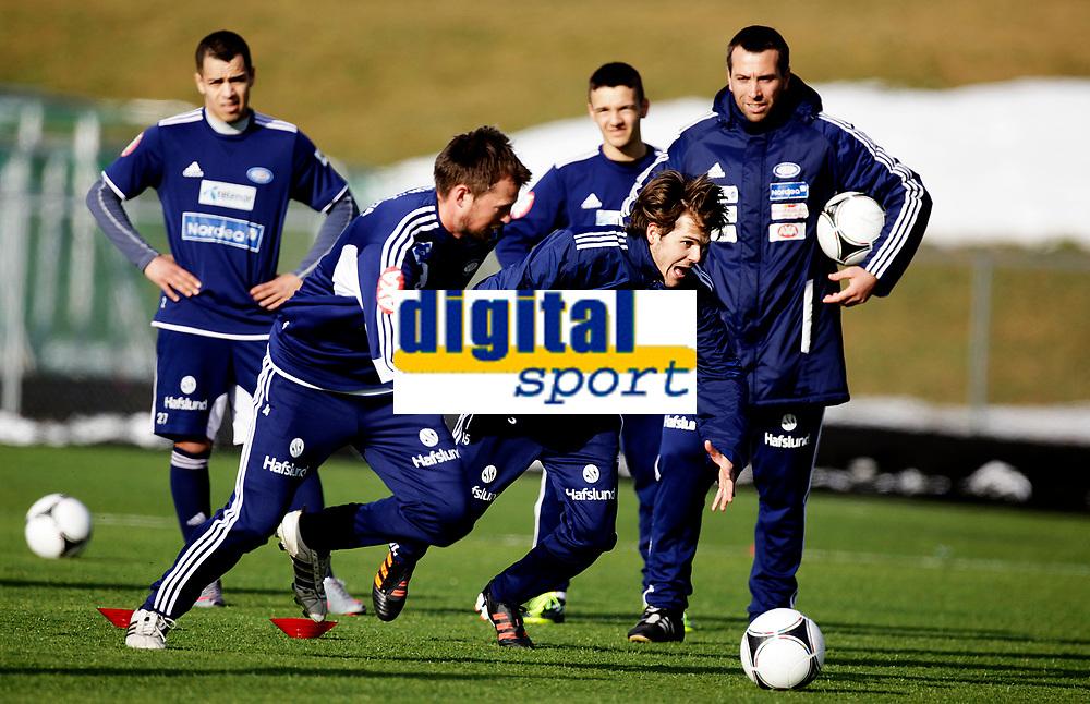 Fotball<br /> Tippeligaen<br /> Trening V&aring;lerenga VIF<br /> Valle 29.02.12<br /> Joachim Thomassen og Andr&egrave; Muri l&oslash;per foran Andrea Loberto<br /> Foto: Eirik F&oslash;rde