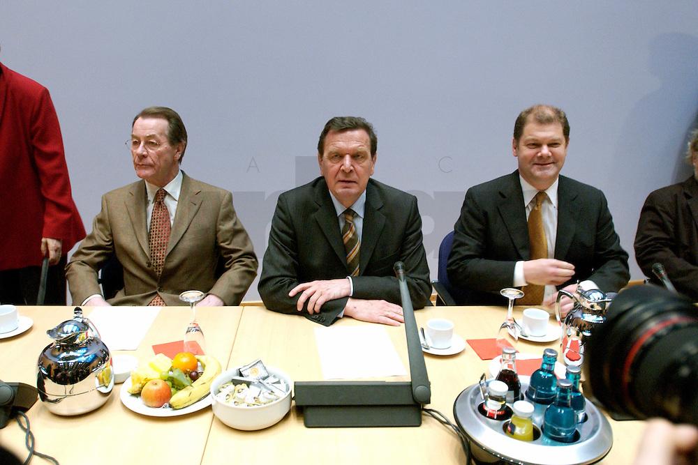 07 FEB 2004, BERLIN/GERMANY:<br /> Franz Muenteffering, SPD Fraktionsvorsitzender, Gerhard Schroeder, SPD, Bundeskanzler, und Olaf Scholz, SPD, Generalsekretaer, (v.L.n.R.), vor Beginn der Sondesitzung des SPD Parteivorstandes nach der Bekanntgabe des Ruecktritts des Parteivorsitzenden, Willy-Brandt-Haus<br /> IMAGE: 20040207-01-018<br /> KEYWORDS: R&uuml;cktritt, Gerhard Schr&ouml;der, Franz M&uuml;ntefering