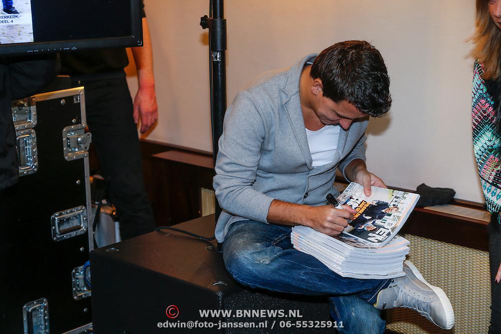 NLD/Volendam/20130208 - Presentatie Helden 17, Jan Smit zet handtekening op de cover