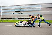 Aniek Rooderkerken gaat van start in de Velox. Op een weg op de campus van de TU Delft oefent het team met het rijden in een Velox. In september wil het Human Power Team Delft en Amsterdam, dat bestaat uit studenten van de TU Delft en de VU Amsterdam, tijdens de World Human Powered Speed Challenge in Nevada een poging doen het wereldrecord snelfietsen voor vrouwen te verbreken met de VeloX 7, een gestroomlijnde ligfiets. Het record is met 121,44 km/h sinds 2009 in handen van de Francaise Barbara Buatois. De Canadees Todd Reichert is de snelste man met 144,17 km/h sinds 2016.<br /> <br /> With the VeloX 7, a special recumbent bike, the Human Power Team Delft and Amsterdam, consisting of students of the TU Delft and the VU Amsterdam, also wants to set a new woman's world record cycling in September at the World Human Powered Speed Challenge in Nevada. The current speed record is 121,44 km/h, set in 2009 by Barbara Buatois. The fastest man is Todd Reichert with 144,17 km/h.
