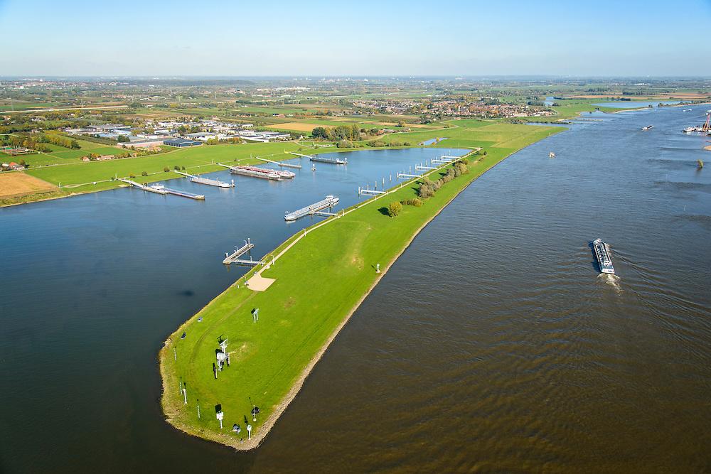 Nederland, Gelderland, Gemeente West Maas en Waal, 24-10-2013; rivier de Waal met Overnachtingshaven IJzendoorn ter hoogte van Beneden-Leeuwen<br /> Overnight Port IJzendoorn, River Waal at the height of Beneden-Leeuwen.<br /> luchtfoto (toeslag op standaard tarieven);<br /> aerial photo (additional fee required);<br /> copyright foto/photo Siebe Swart.