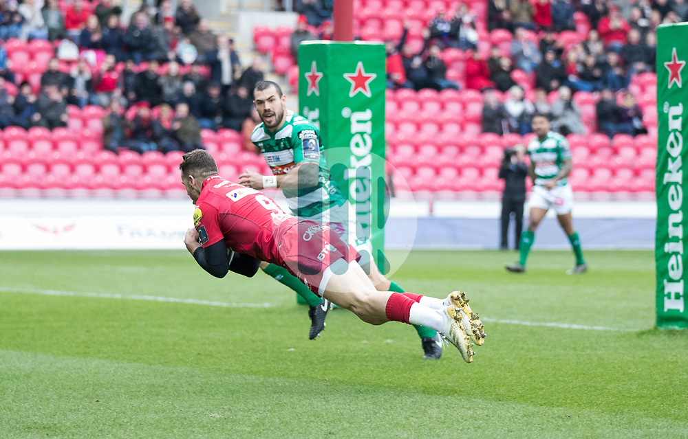 Scarlets' Gareth Davies scores his sides first try<br /> <br /> Photographer Simon King/Replay Images<br /> <br /> EPCR Champions Cup Round 3 - Scarlets v Benetton Rugby - Saturday 9th December 2017 - Parc y Scarlets - Llanelli<br /> <br /> World Copyright © 2017 Replay Images. All rights reserved. info@replayimages.co.uk - www.replayimages.co.uk