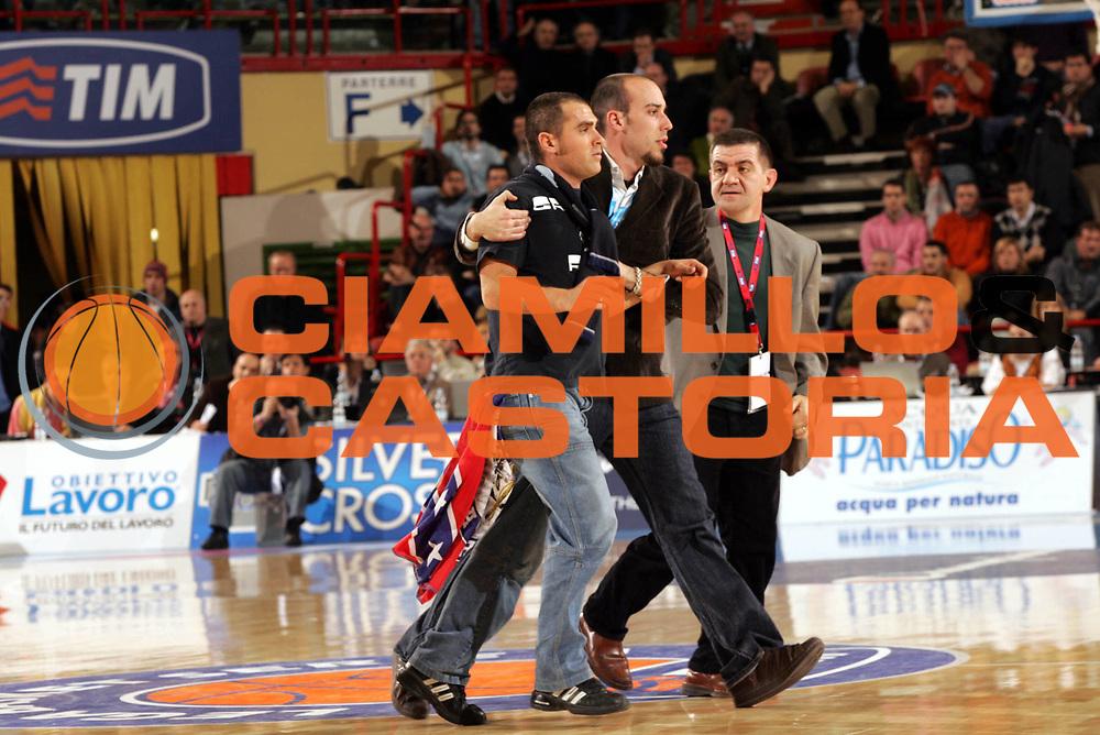 DESCRIZIONE : Forli Lega A1 2005-06 Coppa Italia Final Eight Tim Cup Carpisa Napoli Armani Jeans Milano<br />GIOCATORE : Tifoso<br />SQUADRA : Carpisa Napoli<br />EVENTO : Campionato Lega A1 2005-2006 Coppa Italia Final Eight Tim Cup Quarti Finale<br />GARA : Carpisa Napoli-Armani Jeans Milano<br />DATA : 17/02/2006<br />CATEGORIA : Delusione<br />SPORT : Pallacanestro<br />AUTORE : Agenzia Ciamillo-Castoria/Paolo Lazzeroni