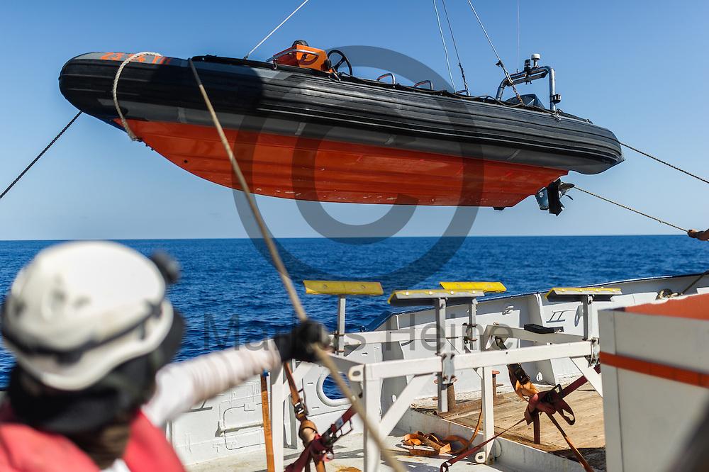Die Besatzung der Sea-Watch 2 laesst am 22.09.2016 auf dem Fluechtlingsrettungsboot Sea-Watch 2 in internationalen Gewaessern vor der libyschen Kueste ein RIB (Schlauchboot) zu Wasser um schneller ein Boot mit Fluechtlingen zu erreichen. Foto: Markus Heine / heineimaging<br /> <br /> ------------------------------<br /> <br /> Veroeffentlichung nur mit Fotografennennung, sowie gegen Honorar und Belegexemplar.<br /> <br /> Publication only with photographers nomination and against payment and specimen copy.<br /> <br /> Bankverbindung:<br /> IBAN: DE65660908000004437497<br /> BIC CODE: GENODE61BBB<br /> Badische Beamten Bank Karlsruhe<br /> <br /> USt-IdNr: DE291853306<br /> <br /> Please note:<br /> All rights reserved! Don't publish without copyright!<br /> <br /> Stand: 09.2016<br /> <br /> ------------------------------