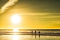 Silhueta de pescadores na Praia do Campeche ao amanhecer. Florianópolis, Santa Catarina, Brasil. / Solhouette of fishermen at Campeche Beach at dawn. Florianopolis, Santa Catarina, Brazil.