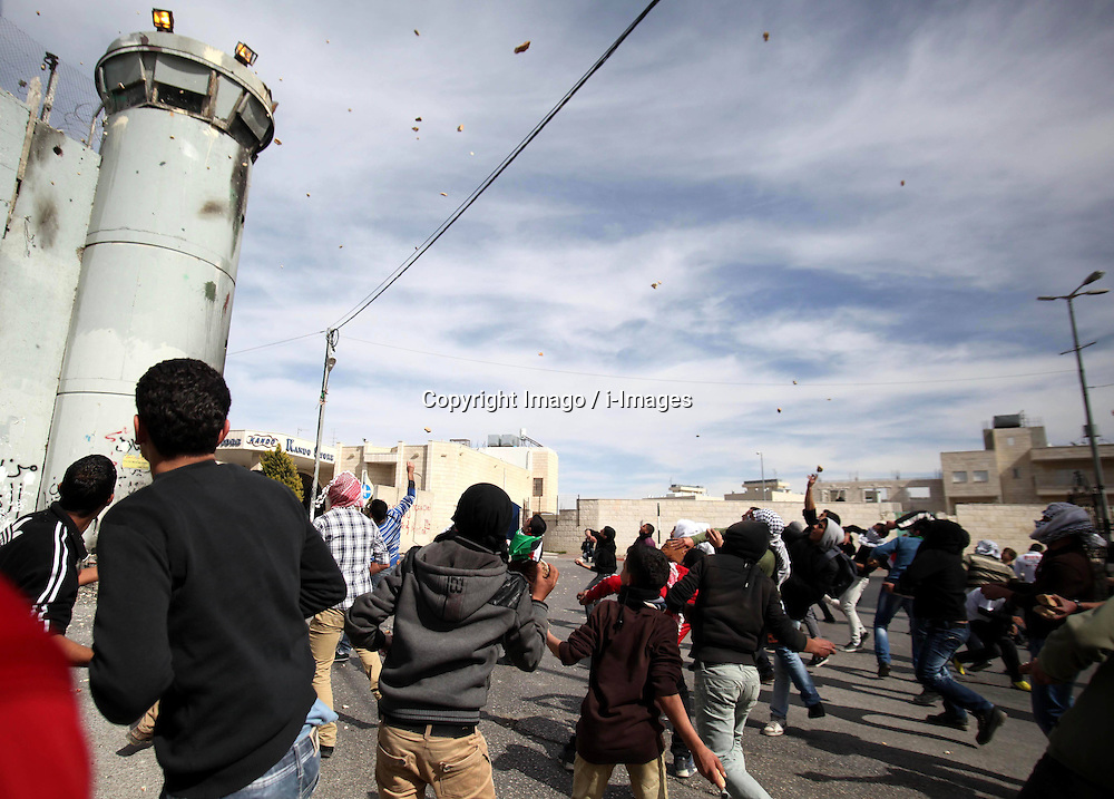 Palestinian protesters throw stones at Israeli soldiers during clashes in the West Bank city of Bethlehem, February 25, 2013. Photo by Imago / i-Images...UK ONLY