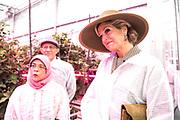Tweede dag van het staatsbezoek van de Singaporese president. Koningin Maxima en president Halimah Yacob van de Republiek Singapore tijdens een bezoek aan het Horticultural Centre, een demonstratie- en onderzoekscentrum van Wageningen University & Research. <br /> <br /> Second day of the state visit by the Singaporean President. Queen Maxima and President Halimah Yacob of the Republic of Singapore during a visit to the Horticultural Center, a demonstration and research center of Wageningen University & Research.