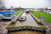 Nederland, Grave, 17-11-2010De sluis in de Maas bij Grave. Binnenvaartschepen worden geschut.Foto: Flip Franssen/Hollandse Hoogte