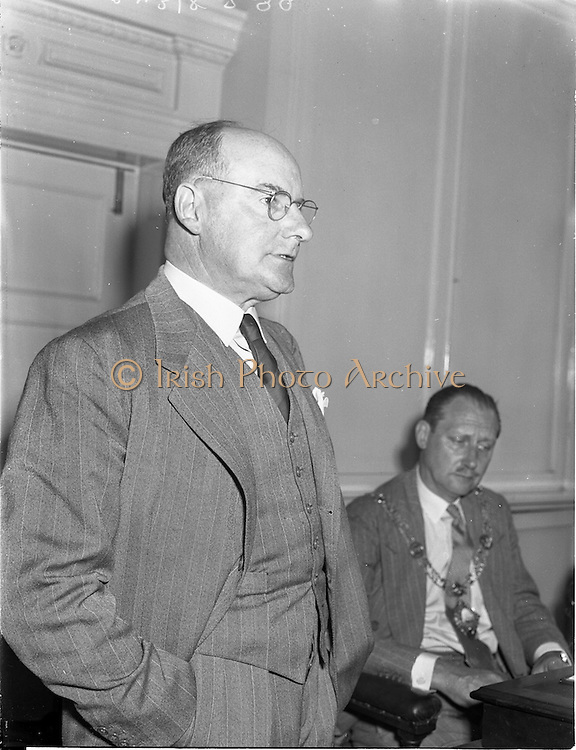 """28/05/1959<br /> 05/28/1959<br /> 28 May 1959<br /> Dr. R.R. Lawton, Managing Director, Irish Refinery Co. Ltd., Whitegate, Cork, addresses the May General meeting of the Dublin Chamber of Commerce at the Commercial Buildings, Dame Street, Dublin. Dr. Lawton's subject was """"An Adventure in Oil"""". Picture shows (l-r): Dr. R.R. Lawton and Lt. Col. J.E. Armstrong, President Dublin Chamber of Commerce."""
