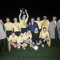 BILDENE INNGÅR IKKE I FASTAVTALENE PÅ NETT<br /> <br /> Fotball<br /> Tyskland<br /> Borussia Dortmund Feature<br /> Foto: imago/Digitalsport<br /> NORWAY ONLY<br /> <br /> 05.05.1966<br /> BVB gewinnt den Europapokal der Pokalsieger 1966 hi.v.li.: Wilhelm Sturm, Siegfried Held, Wolfgang Paul, Trainer Willi Multhaup, Rudi Assauer, Lothar Emmerich; vorn: Reinhard Libuda, Dieter Kurrat, Theo Redder, torwart Hans Tilkowski und Gerhard Cyliax