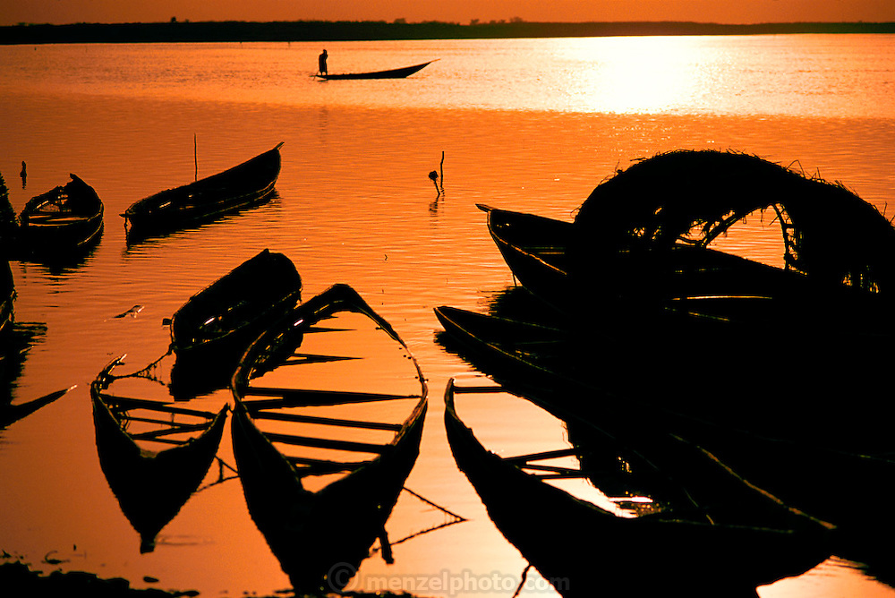 Sunset in the W. African village of Kouakourou, Mali, on the banks of the Niger River. Material World Project.