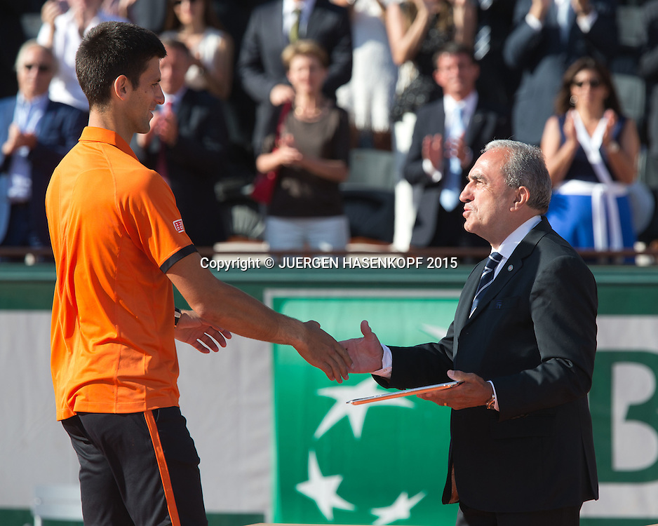 FFT Pr&auml;sident Jean Gachassin gratuliert und &uuml;berreicht Finalist Novak Djokovic die Schale,Herren Finale,Endspiel,<br /> <br /> Tennis - French Open 2015 - Grand Slam ITF / ATP / WTA -  Roland Garros - Paris -  - France  - 7 June 2015.