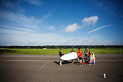 In Lelystad test het Human Power Team met Jan Bos de VeloX 6, de nieuwe aerodynamische fiets, op de RDW baan. In september wil het Human Power Team Delft en Amsterdam, dat bestaat uit studenten van de TU Delft en de VU Amsterdam, tijdens de World Human Powered Speed Challenge in Nevada een poging doen het wereldrecord snelfietsen te verbreken. Het record is met 139,45 km/h sinds 2015 in handen van de Canadees Todd Reichert.<br /> <br /> With the special recumbent bike the Human Power Team Delft and Amsterdam, consisting of students of the TU Delft and the VU Amsterdam, also wants to set a new world record cycling in September at the World Human Powered Speed Challenge in Nevada. The current speed record is 139,45 km/h, set in 2015 by Todd Reichert.