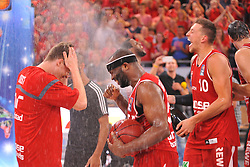 21.06.2015, Brose Arena, Bamberg, GER, Beko Basketball BL, Brose Baskets Bamberg vs FC Bayern Muenchen, Playoffs, Finale, 5. Spiel, im Bild Die Spieler der Brose Baskets Bamberg bejubeln den Sieg gegen den FC Bayern Muenchen und den Gewinn der Deutschen Meisterschaft 2015 mit einer Sektdusche. // during the Beko Basketball Bundes league Playoffs, final round, 5th match between Brose Baskets Bamberg and FC Bayern Muenchen at the Brose Arena in Bamberg, Germany on 2015/06/21. EXPA Pictures © 2015, PhotoCredit: EXPA/ Eibner-Pressefoto/ Merz<br /> <br /> *****ATTENTION - OUT of GER*****
