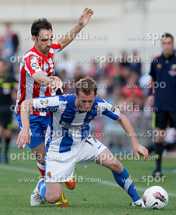 02.05.2012, Vicente Calderon Stadion, Madrid, ESP, Primera Division, Atletico Madrid vs Real Sociedad, Ersatztermin, im Bild Atletico de Madrid's Juanfran Torres (l) and Real Sociedad's David Zurutuza // during the football match of spanish 'primera divison' league, alternate date, between Atletico Madrid and Real Sociedad at Vicente Calderon stadium, Madrid, Spain on 2012/05/02. EXPA Pictures © 2012, PhotoCredit: EXPA/ Alterphotos/ Acero..***** ATTENTION - OUT OF ESP and SUI *****